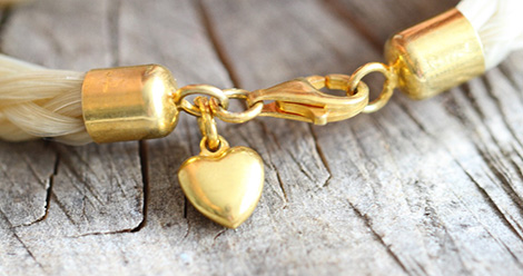 Karabinerverschluss mit Charmanhänger vergoldet