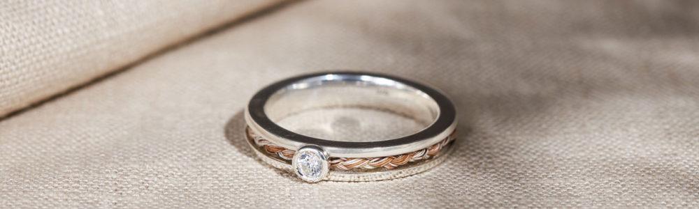Schmaler Ring mit eingefasstem Stein